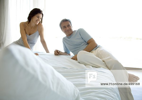 Couple Lounging auf dem Bett