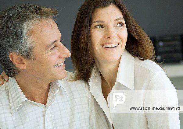 Paar zu Hause  lächelnd