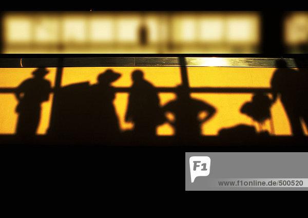 Schatten von Personen  die hinter dem Geländer stehen  Blick in den niedrigen Winkel