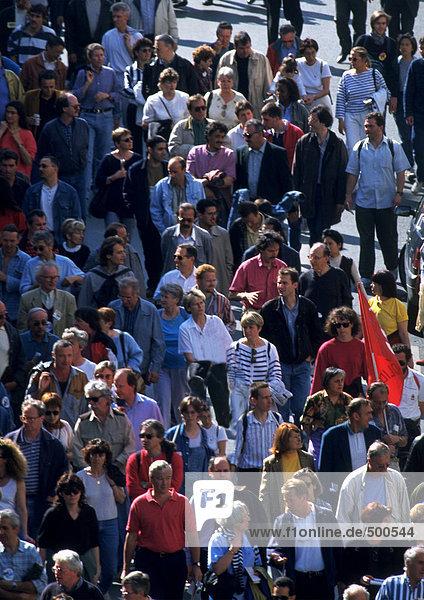 Menschenmenge auf der Straße  hohe Blickwinkel  Vollbild