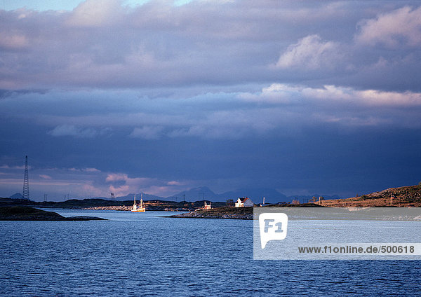 Norwegen  Häuser am Rande des Meeres in der Ferne