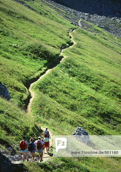 Frankreich  Savoyen  Wanderer zu Fuß durch grüne Hügel