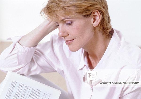 Frau liest  Seitenansicht.