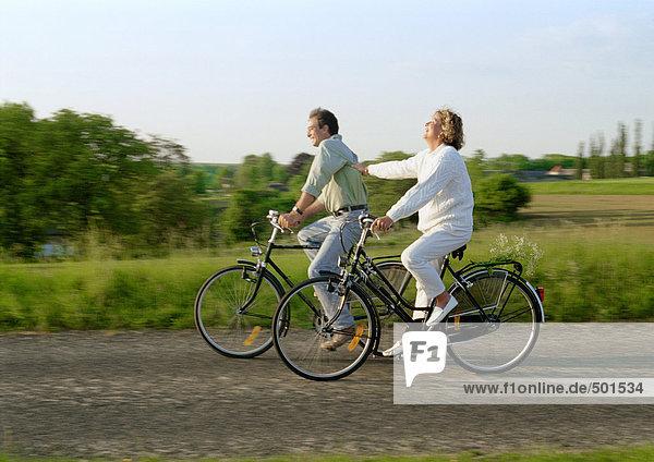 Zwei Fahrräder auf dem Land zusammen fahren