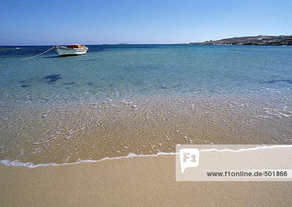 Griechenland  Kykladen  Küste mit kleinem Ankerboot