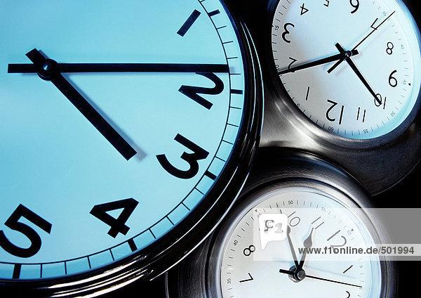 Drei Uhren  jede mit Zeigern zu einer anderen Zeit  extreme Nahaufnahme