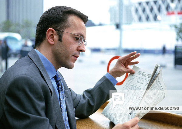 Geschäftsmann beim Zeitungslesen