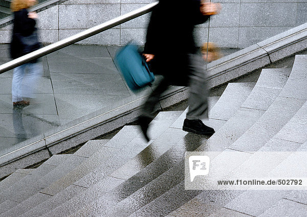 Mann rennt die Treppe hinauf  tiefer Abschnitt  verschwommene Bewegung