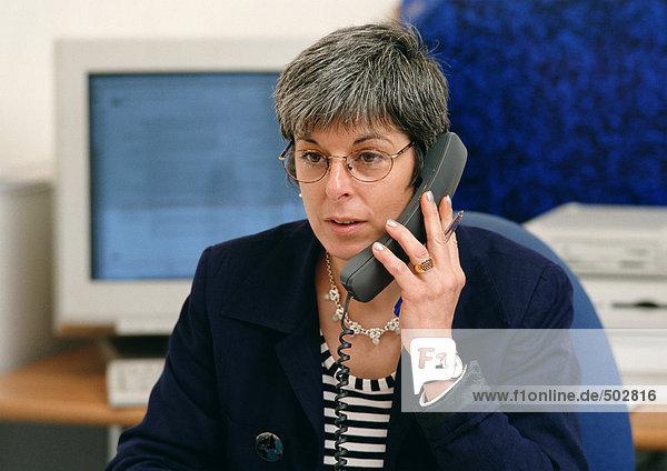 Frau mit Telefon  Portrait