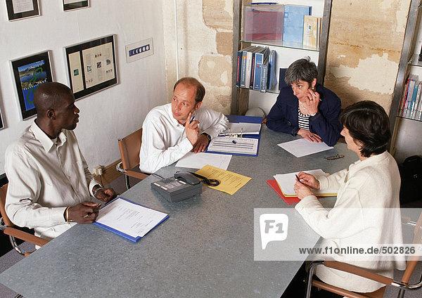 Vier Personen im Konferenzraum  hohe Blickwinkel