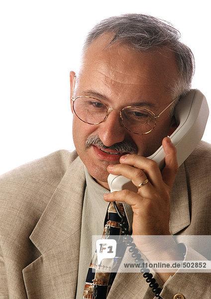 Mann hält Telefon  Porträt