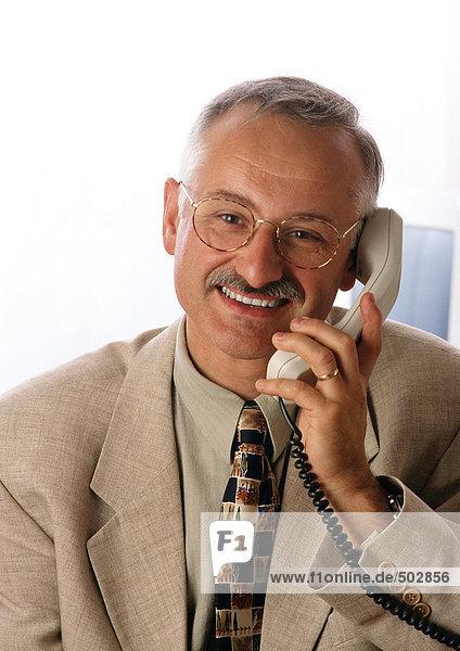 Mann mit Telefon  lächelnd  Portrait