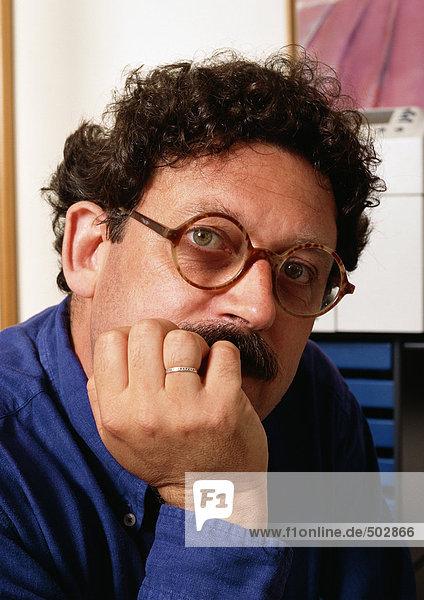 Mann  Hand unter dem Kinn  Portrait