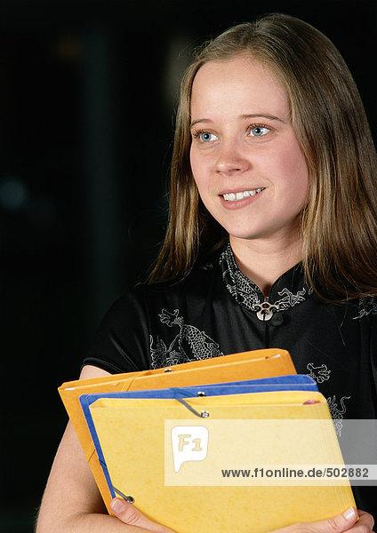 Junge Frau mit Mappen  Porträt