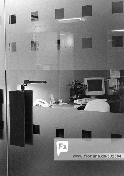 Schreibtisch hinter Glastüren  s/w