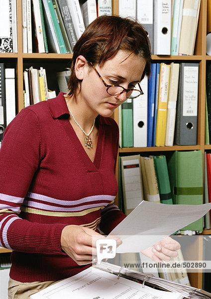 Frau hält Dokument  Porträt