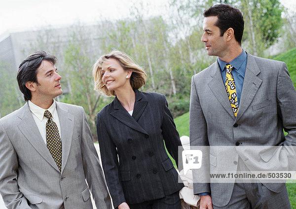 Drei Geschäftsleute  die nach draußen gehen