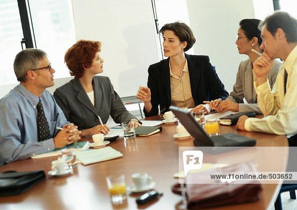Gruppe von Geschäftsleuten im Konferenzraum