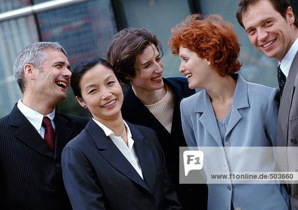 Gruppe von Geschäftsleuten stehen zusammen  lächelnd