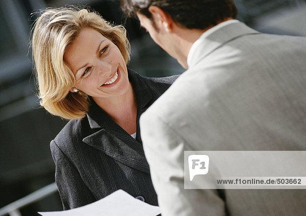 Geschäftsmann und Geschäftsfrau von Angesicht zu Angesicht  Nahaufnahme