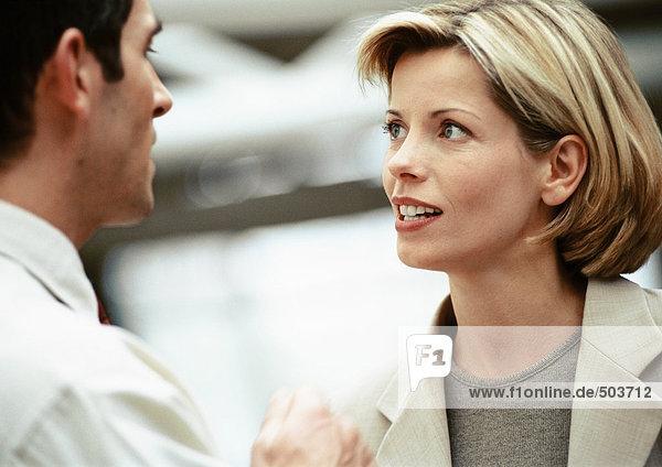 Geschäftsmann und Geschäftsfrau von Angesicht zu Angesicht  Blick aufeinander  Nahaufnahme