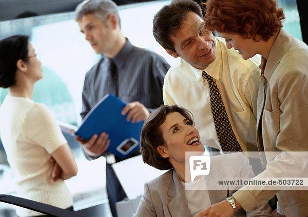 Gruppe von Geschäftsleuten im Amt