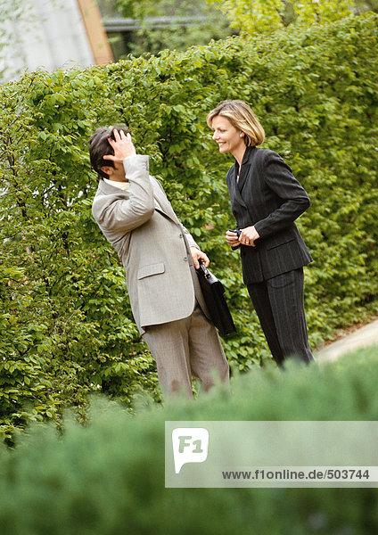 Geschäftsmann und Geschäftsfrau beim Gespräch im Park