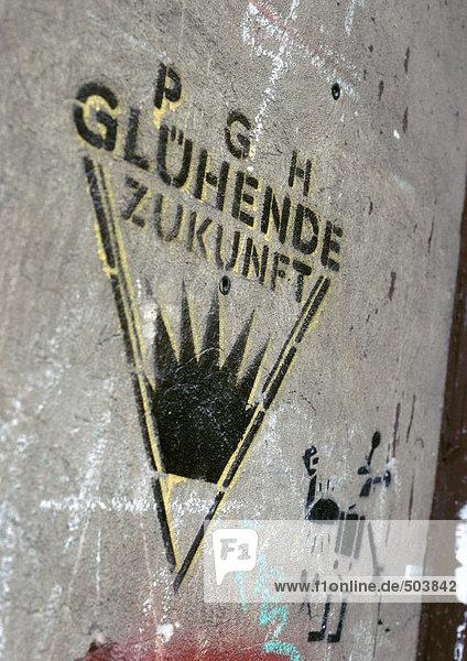 Anti-Atom-Slogan an der Wand  in Deutsch  Nahaufnahme
