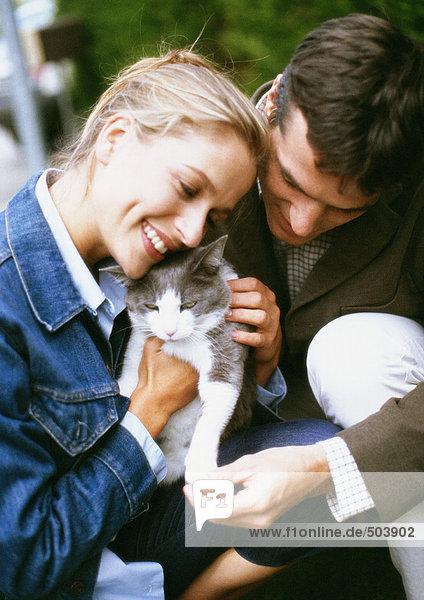 Mann und Frau halten Katze  Nahaufnahme