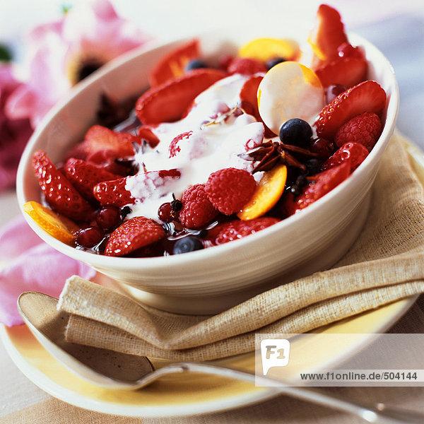 Schale mit Beeren und Früchten mit Sahne und Gewürzen  Nahaufnahme