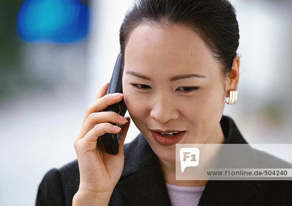 Frau hält Telefon  Porträt