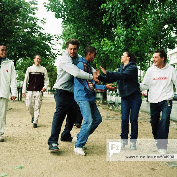 Jugendgruppe im Park  zwei Spielkämpfe