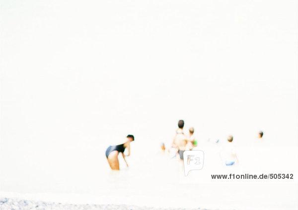 Leute am Strand  verschwommen.