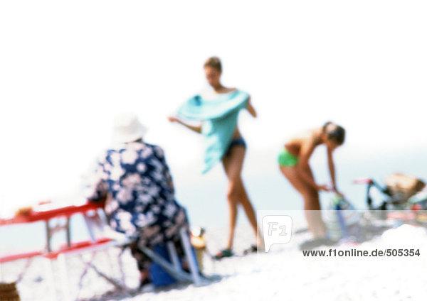 Gruppe von Menschen am Strand  verschwommen