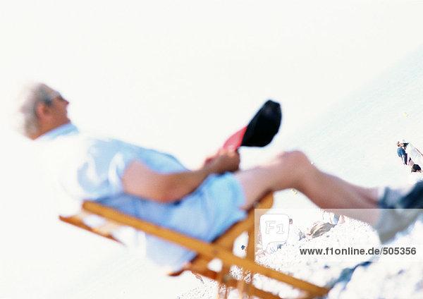 Person im Strandkorb sitzend  verschwommen