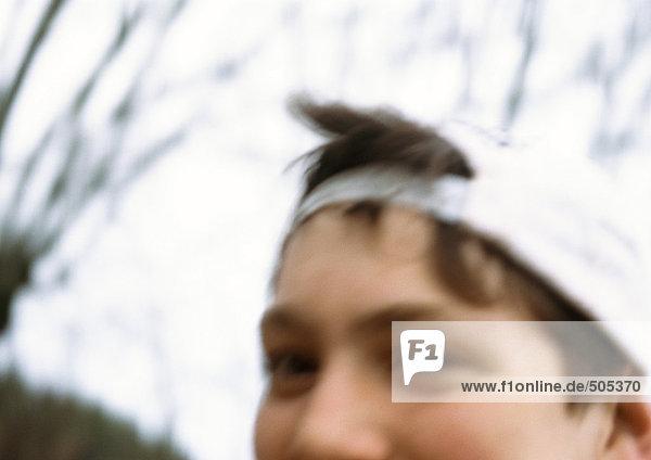 Junge mit Mütze  Teilansicht  Nahaufnahme  verschwommen