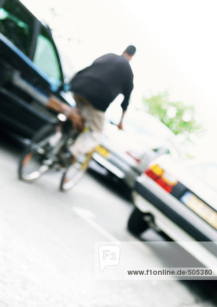 Radfahrer und Autos  gekippt  verschwommen