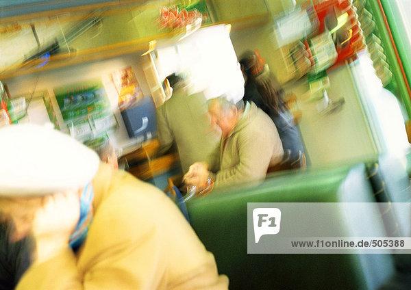 Leute im Café  verschwommen.