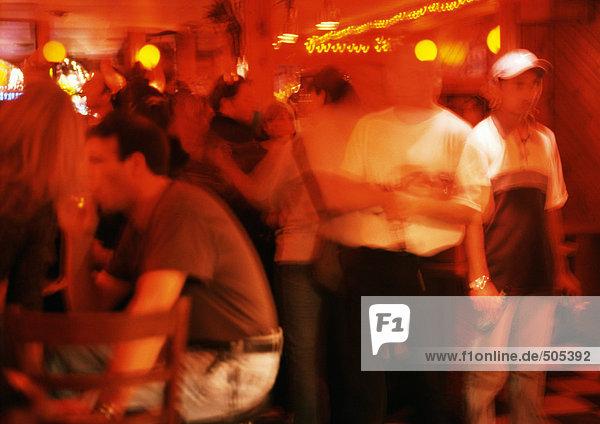 Menschenmenge im Nachtclub  verschwommene Bewegung