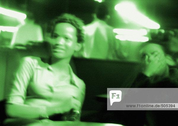 Menschen im Nachtclub  verschwommen  grün getönt