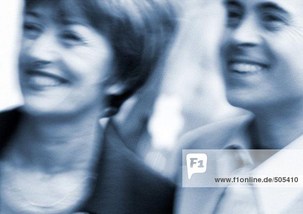 Mann und Frau lächelnd  Nahaufnahme  verschwommen