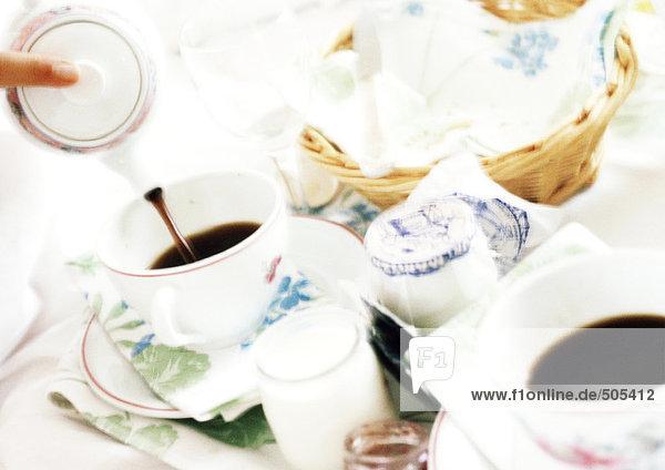 Frühstück auf dem Tisch  Nahaufnahme  unscharf