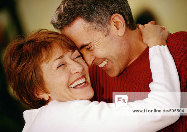 Mann und Frau umarmend  lächelnd  Nahaufnahme