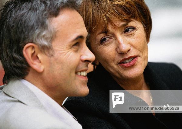 Mann und Frau sitzen nah beieinander  Frau redet mit Mann  nah dran.
