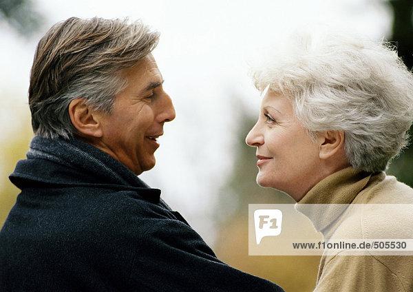 Mann und Frau einander gegenüber  lächelnd  Kopf und Schultern  Nahaufnahme