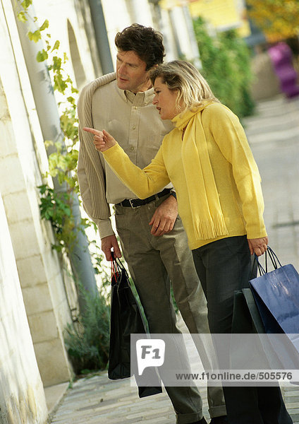 Mann und Frau im Schaufenster  Seitenansicht  volle Länge