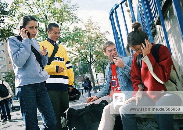 Junge Leute  die zusammen draußen rumhängen.