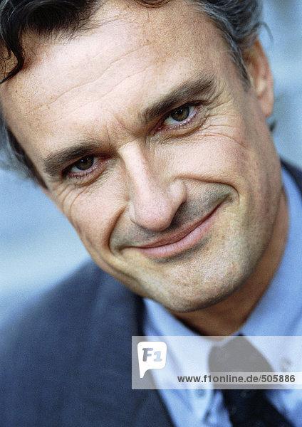 Mann im Business-Anzug mit Blick auf Kamera  Portrait  Nahaufnahme  Neigung.