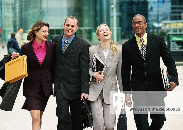 Gruppe von Geschäftsleuten  die gemeinsam nach draußen gehen  Dreiviertellänge  Vorderansicht