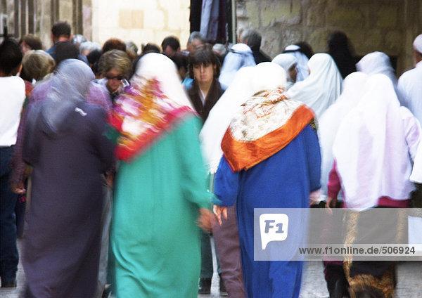 Israel  Jerusalem  Frauen mit Kopftuch in überfüllter Straße  Rückansicht